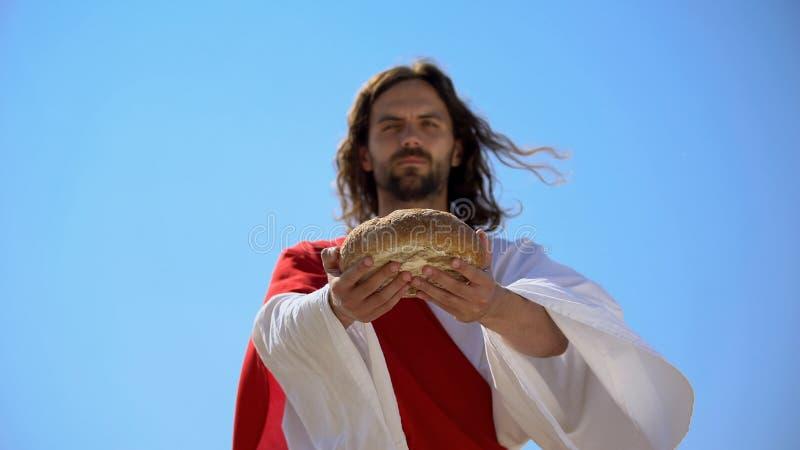 Homem generoso oferecendo pão, história bíblica para dar comida a famintos, caridade fotos de stock