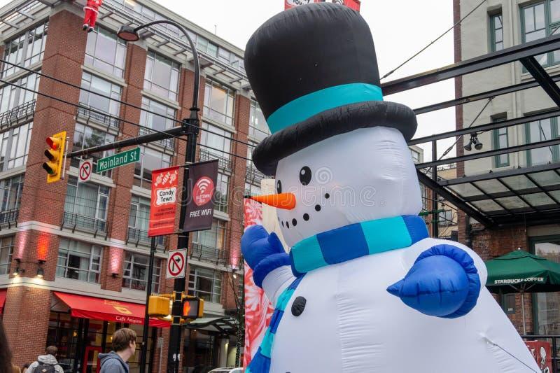 Homem gigante da neve da explosão com cicatriz, o chapéu alto e o nariz da cenoura em Vancôver do centro, em Yaletown fotos de stock