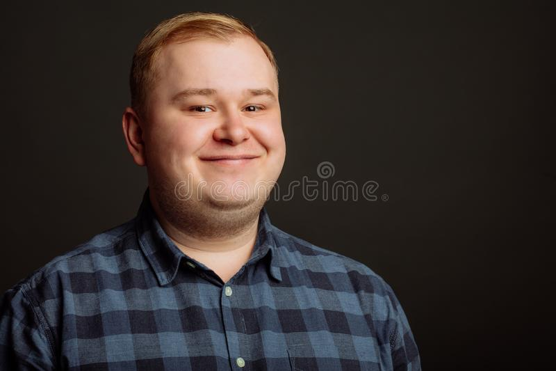 Homem gordo de sorriso no fundo preto foto de stock royalty free