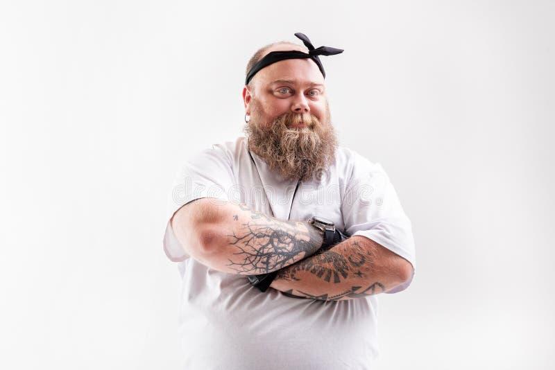 Homem gordo fresco com levantamento da barba fotografia de stock royalty free