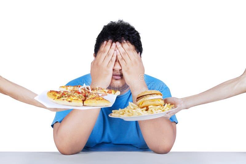 Homem gordo que rejeita a comida lixo 2 foto de stock