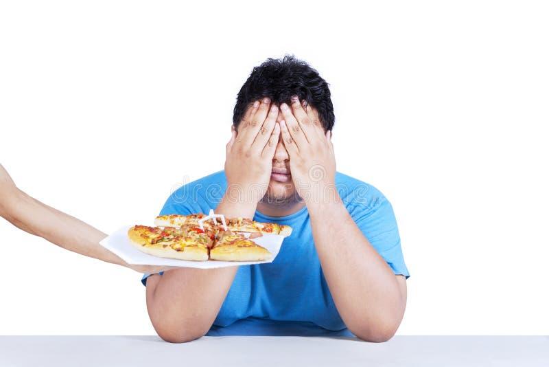 Homem gordo que rejeita a comida lixo 3 foto de stock
