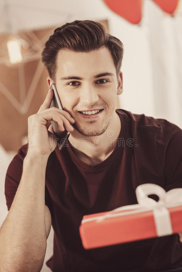 Homem gracioso curioso que chama sua amiga que pede a parte de conselho imagem de stock