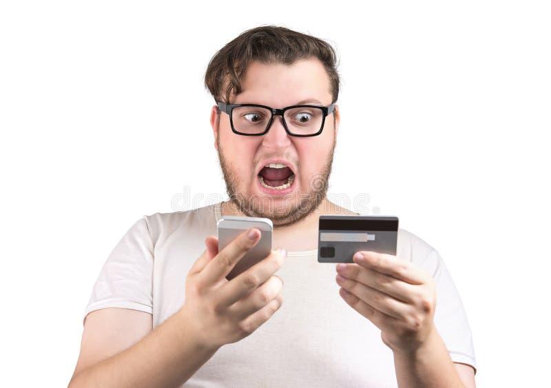 Homem gritando com cartão e telefone de crédito imagem de stock