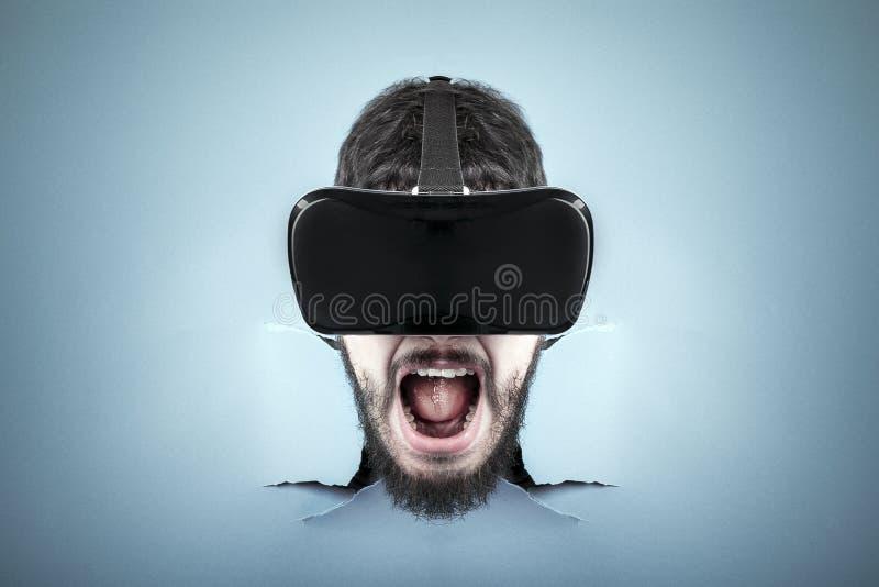 Homem gritando em VR foto de stock