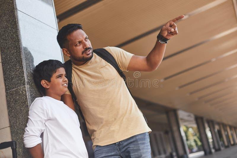 Homem hindu agradável e seu filho que estão na estação de trem imagens de stock
