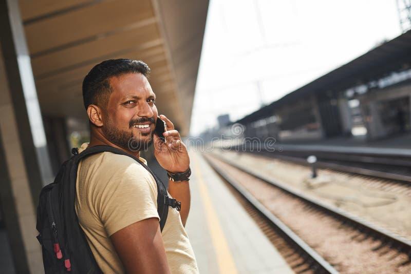 Homem hindu alegre que fala em seu telefone imagens de stock royalty free