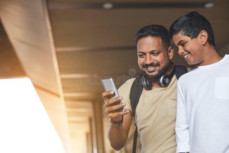 Homem hindu alegre que usa seu telefone celular fotos de stock royalty free