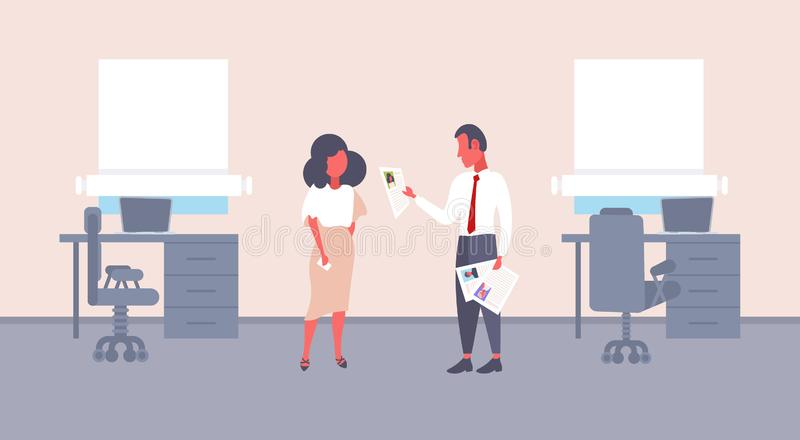 Homem hora que mantém o formulário do cv que faz a pergunta ao empregador fêmea do recruta do homem de negócios do candidato de t ilustração royalty free