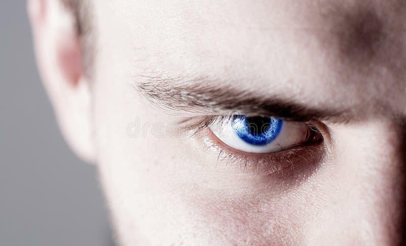 Homem humano bonito, indivíduo, olho da cara, macro, fim acima do azul foto de stock