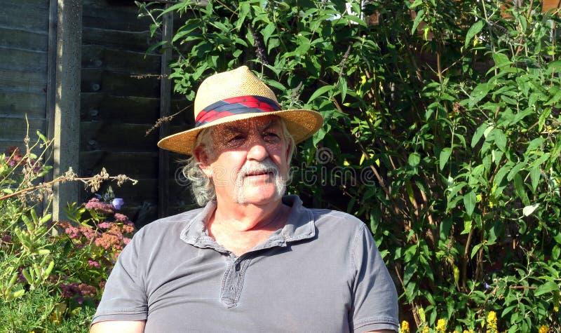 Homem idoso com um chapéu de palha. foto de stock