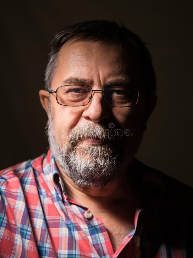 Homem idoso da barba nos vidros fotografia de stock royalty free