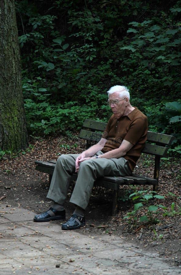 Homem idoso deprimido fotos de stock royalty free