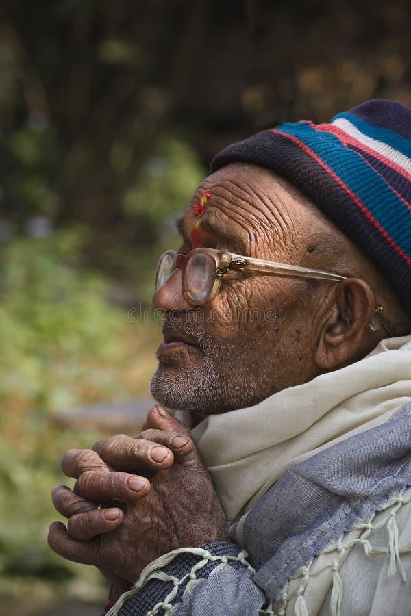Homem idoso do brahman que reza seu deus hindu, Nepal fotografia de stock royalty free