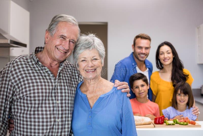 Homem idoso e mulher que estão na cozinha imagem de stock