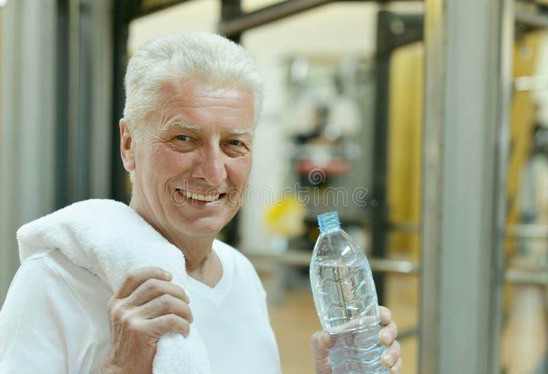 Homem idoso em um gym fotos de stock