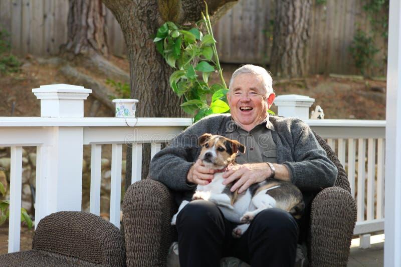 Homem idoso feliz com cão imagens de stock royalty free