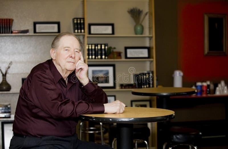 Homem idoso na cafetaria imagens de stock royalty free