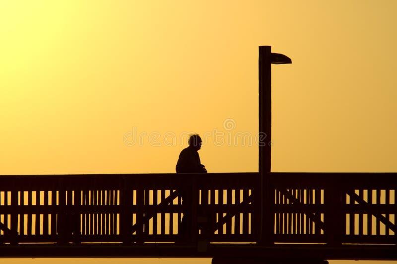 Homem idoso no passeio à beira mar fotos de stock royalty free