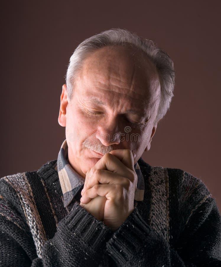 Homem idoso pensativo imagem de stock