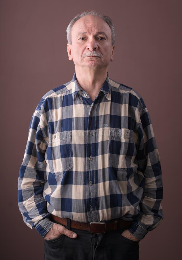 Homem idoso pensativo imagens de stock