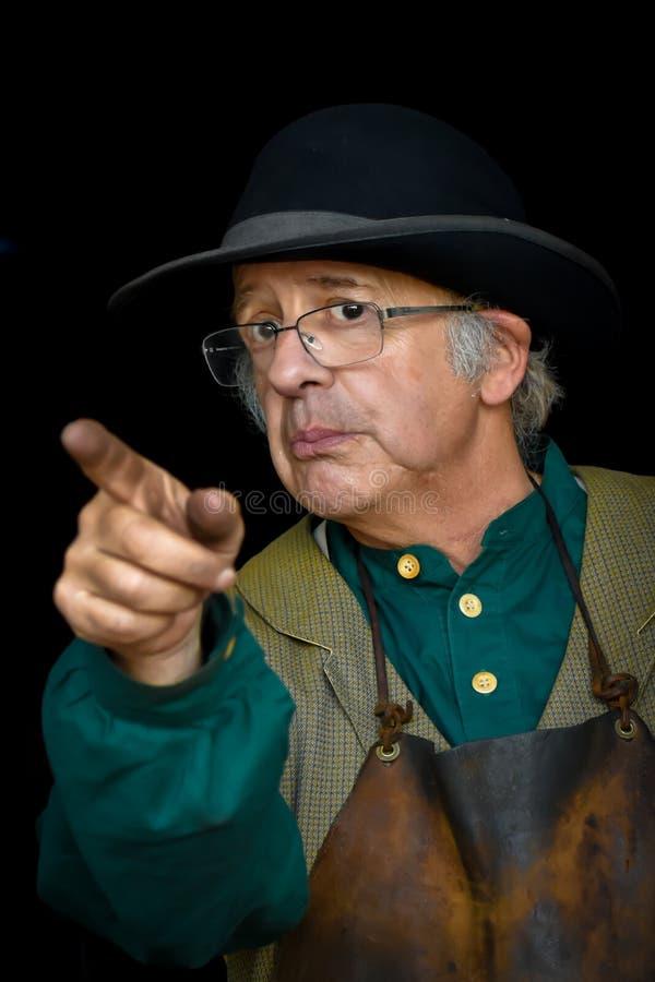 Homem idoso que aponta seu dedo sujo foto de stock