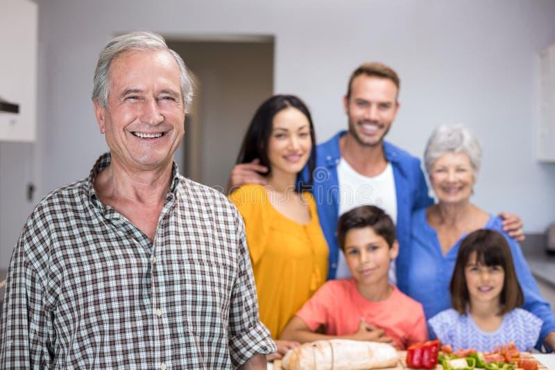 Homem idoso que está na cozinha imagem de stock