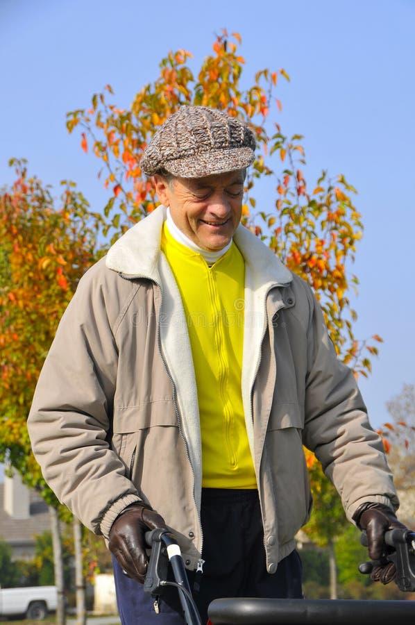 Homem idoso que exercita no parque fotografia de stock royalty free