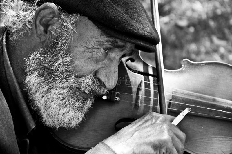 Homem idoso que joga o violino imagens de stock