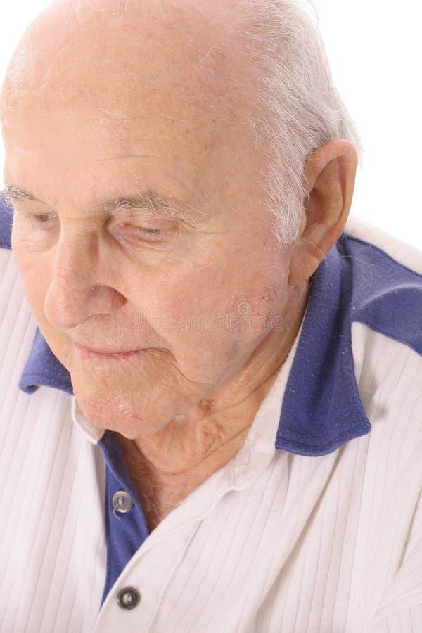 Homem idoso que olha abaixo de deprimido foto de stock