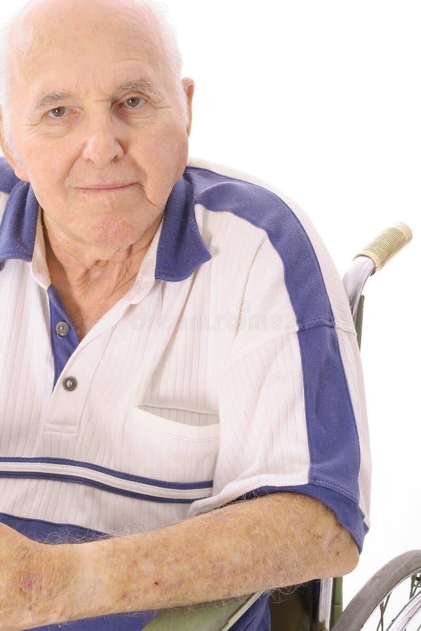 Homem idoso que senta-se na cadeira de rodas fotos de stock
