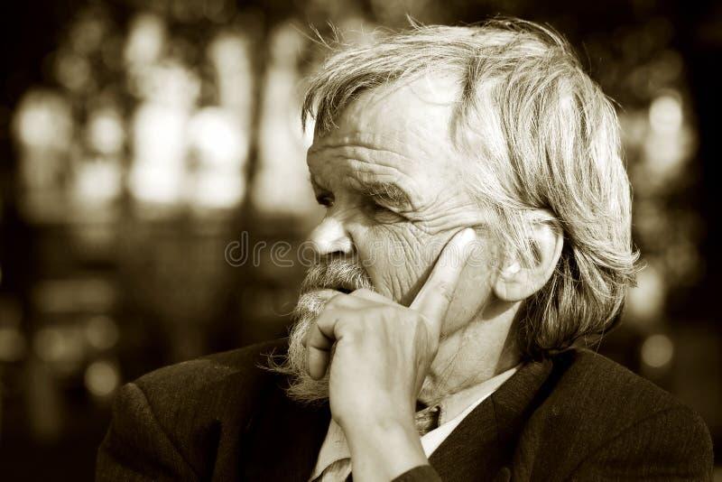 Homem idoso triste. imagens de stock