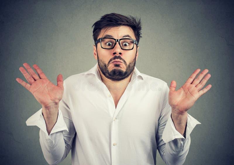 Homem ignorante que shrugging com ombros foto de stock royalty free