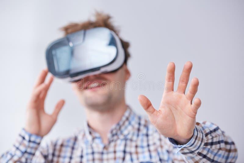 Homem imergido na realidade virtual foto de stock