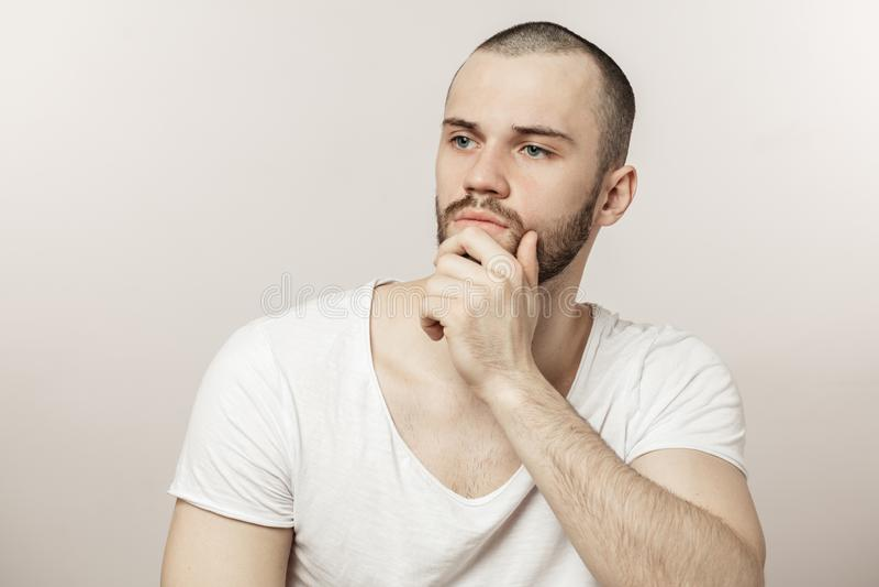 Homem impressionante novo que compõe um plano imagens de stock