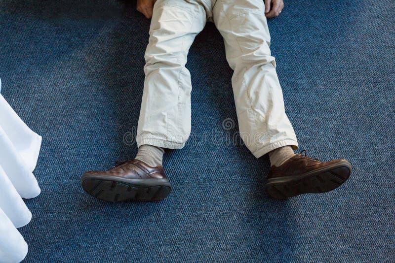 Homem inconsciente que encontra-se no tapete ilustração stock