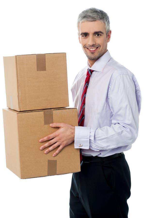 Homem incorporado novo que guarda a caixa de cartão fotografia de stock royalty free
