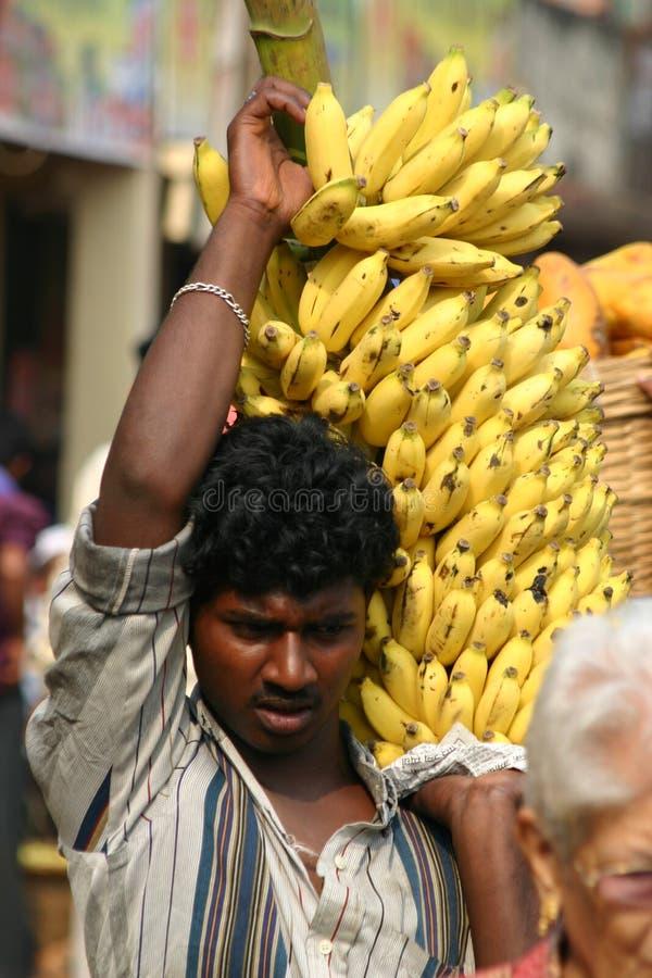 Homem indiano com bananas imagem de stock royalty free