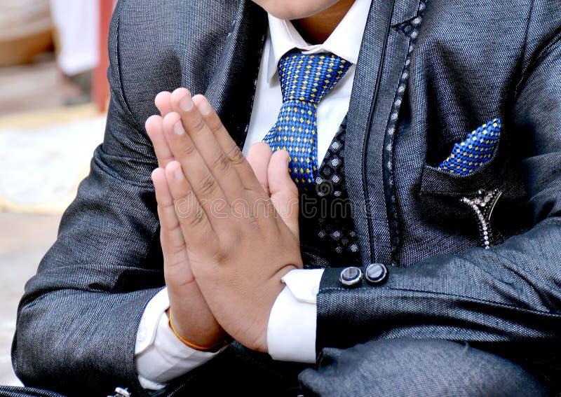 Homem indiano no gesto de acolhimento fotografia de stock royalty free