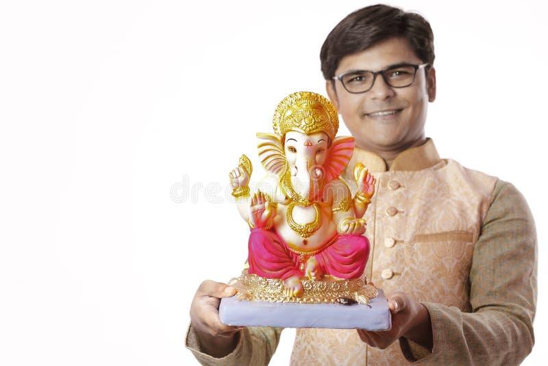Homem indiano novo com Lord Ganesha, comemorando o festival de Ganesh foto de stock