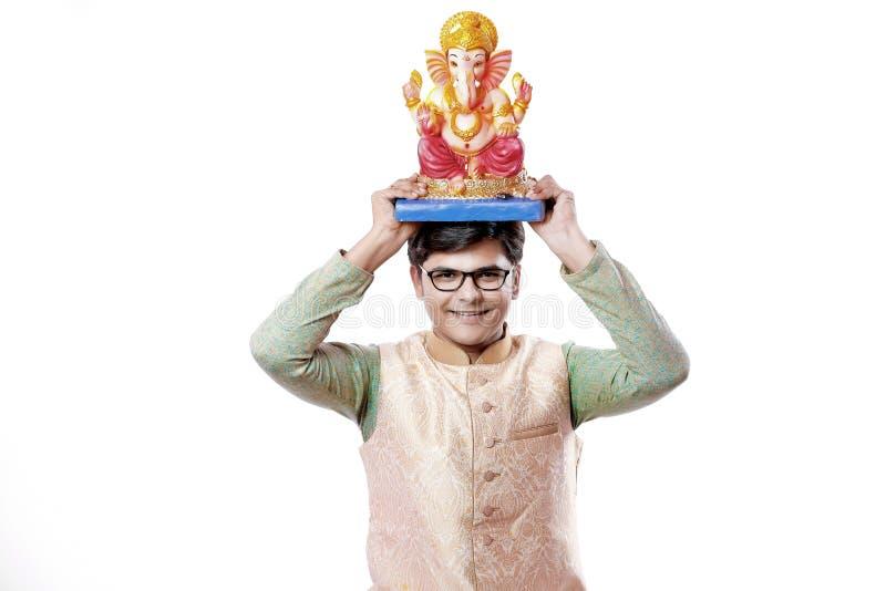 Homem indiano novo com Lord Ganesha, comemorando o festival de Ganesh foto de stock royalty free