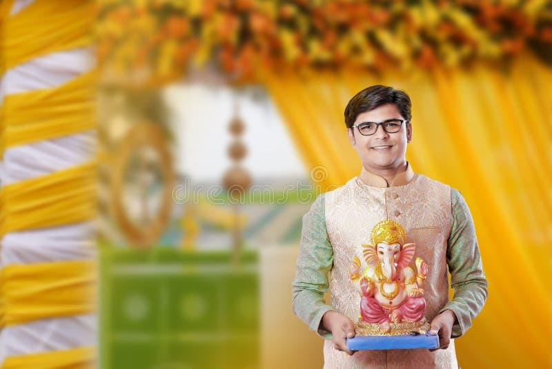 Homem indiano novo com Lord Ganesha, comemorando o festival de Ganesh fotos de stock