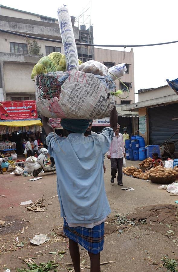 Homem indiano que anda em um mercado de produto fresco em Bengaluru (Bangalore) fotografia de stock royalty free