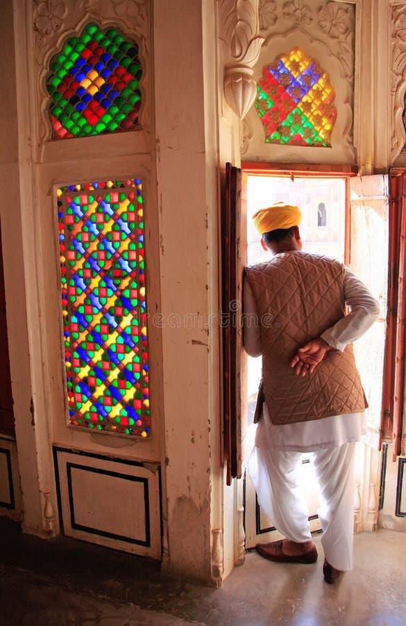 Homem indiano que está pela entrada no forte de Mehrangarh, Jodhpur, fotografia de stock royalty free