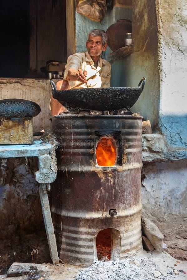 Homem indiano que prepara samosas com os ingredientes do vegetariano na rua na vila do lago Sambhar Rajasthan India fotografia de stock royalty free