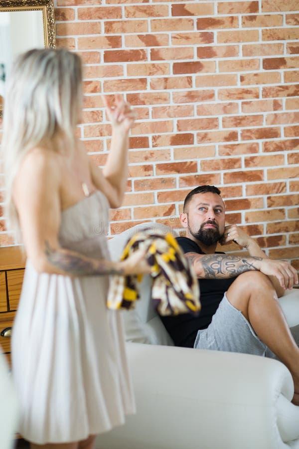 Homem infeliz e deprimido com sua esposa que resolve a crise do relacionamento fotografia de stock royalty free