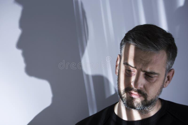 Homem infeliz isolado da sociedade imagens de stock royalty free