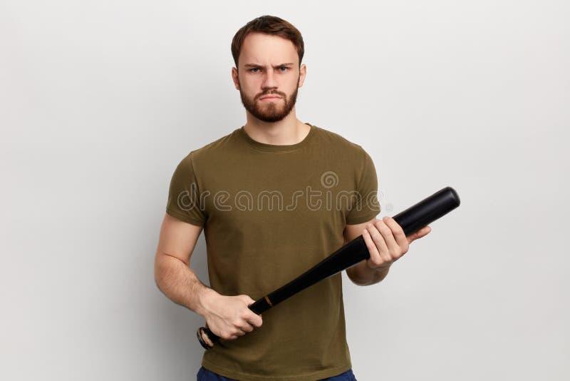 Homem infeliz nervoso irritado com um bastão isolado no fundo branco imagens de stock royalty free