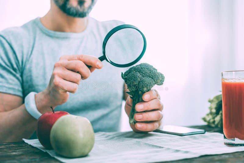 Homem interessado Motivated que aprende tipos diferentes de vegetais fotografia de stock royalty free
