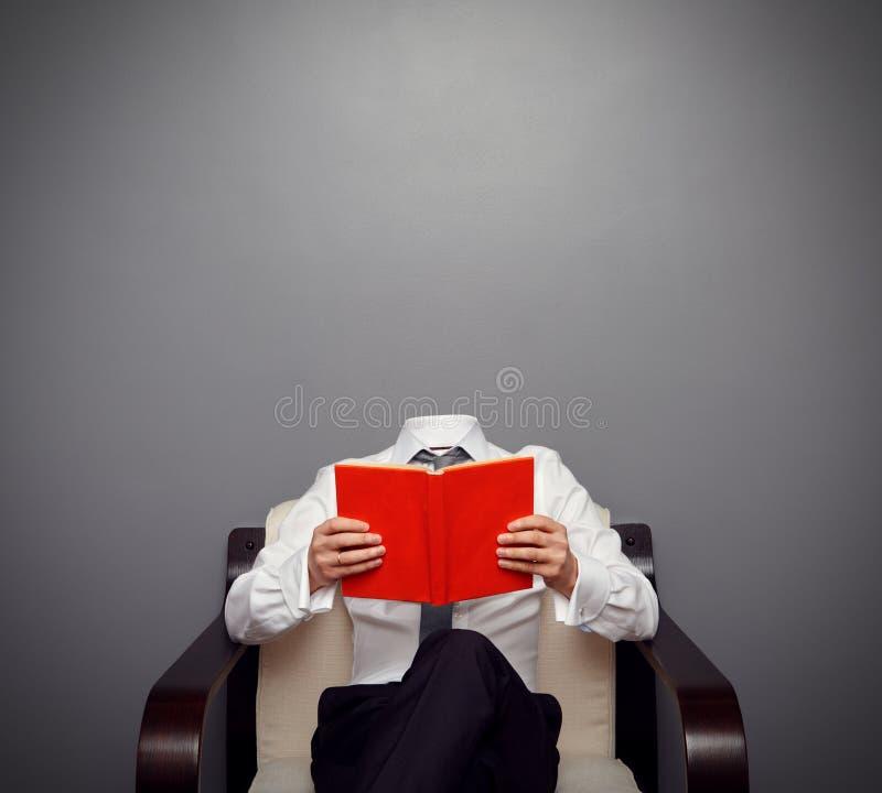Homem invisível que guardara o livro imagens de stock royalty free